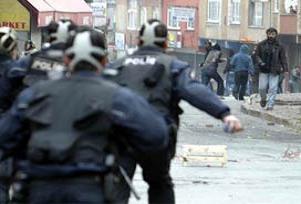 Polisi taşlayan 22 çocuğa hapis.12609