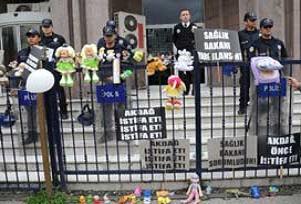 Bebek ölümleri protesto edildi.19748