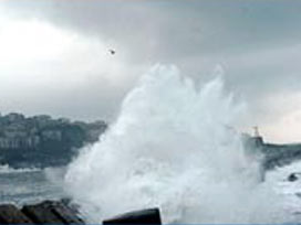 Dev dalgalar otoyolu yutuyordu.7464