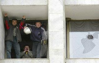 Kırgızlar'dan belediye binası baskını.11075