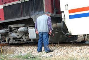 Yaşlı adamın üstünden tren geçti.15592