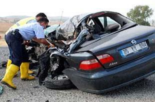 Trafik canavarı hızını kesmiyor: 2 ölü.16214