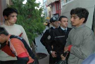 Polisten kaçan araçtan 32 kaçak çıktı.12228