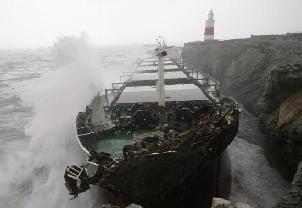 Bozcaada'da bir gemi karaya oturdu.9681