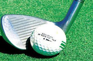 Golf oynarken �ukura d��en kad�n �ld�.18560