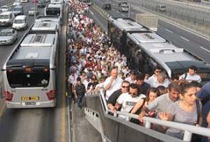 Metrobüsten inene üst geçit çilesi.17500