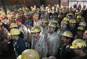 Öfkeli işçiler rehin olarak müdürlerini seçti.18326