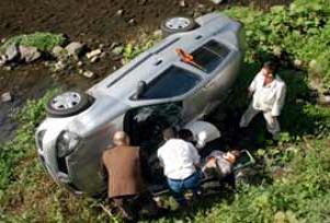 Otomobil dereye yuvarlandı: 1 ölü.20001