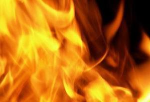 Zeytinburnu'nda gecekondu alev alev yandı.9378