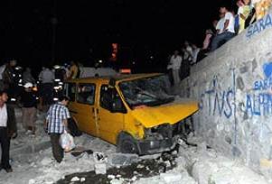 Minibüs durağa daldı: 1 ölü 1 yaralı.13547