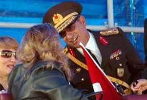 O komutan, bayrağıyla törende.13874
