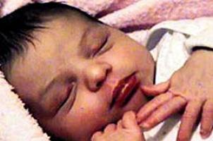 Annenin öpücüğü bebeği öldürdü.11884