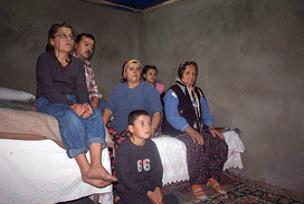 7 kişilik aile ahırda yaşıyor.10775