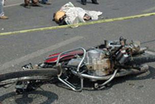 Motosiklet şarampole uçtu: 2 ölü.12399
