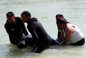 Serinlemek için girdiği gölette boğuldu.12041