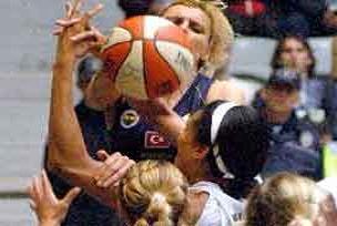 Bayan basketbolunda derbi heyecanı.13491