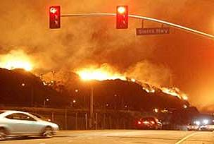 Yüzlerce ev yandı, itfaiye çaresiz.10467