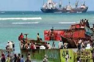 NATO: Korsanlar bir İngiliz gemisini kaçırdı.12845