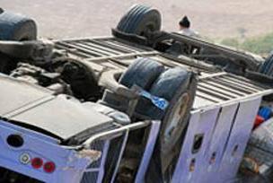 Virajı alamayan kamyon uçtu: 1 ölü.14255