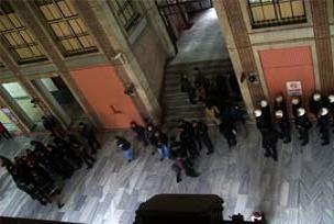 Polisten öğrencilere karaktür dayağı.13559