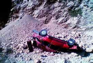 Otomobil uçuruma yuvarlandı: 2 ölü.21435