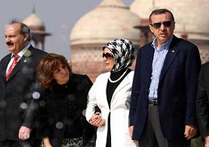 Emine Erdoğan kimin elini tutuyor?.13172