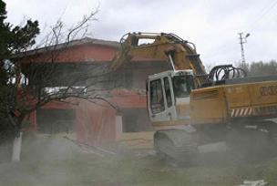 Üsküdar'da kaçak çatı katı yıkıldı.9927