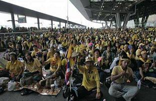 Göstericiler havalimanını ele geçirdi.20598