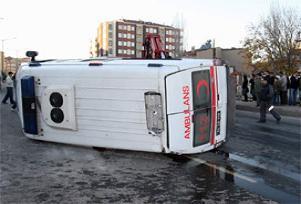 Ambulans devrildi, hasta öldü.13463