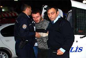 Gözaltındaki zanlılar gazetecilere saldırdı.11799
