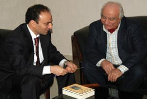 Baydemir, Margosyan'a kitap imzalattı.10236