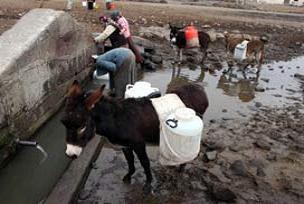 Hülya Avşar'ın akrabaları su taşıyor!.15192