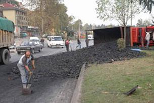 Kömür yüklü kamyon devrildi.14787