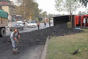 Kömür yüklü kamyon devrildi.14672
