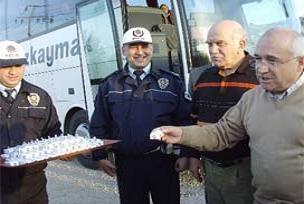 Polis yol kesti ceviz ezmesi ikram etti.14353
