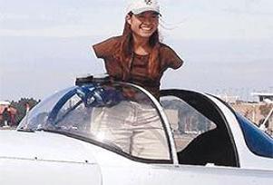 Ayaklarıyla uçak kullanan kadın pilot.11604