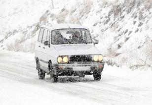 Yoğun kar yağışı yollara kapattı.13346