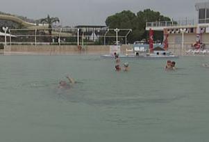Yağmur altında termal havuz keyfi.7871