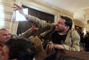 Protestocu gazeteci dava açıyor.13119