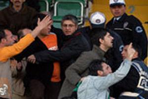Ankaragücülüler polise saldırdı.11948