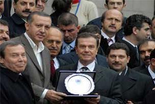 Balkan Türkleri'nden Erdoğan'a plaket.14244