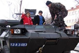 Bitlis'te çocuklar polisle kaynaşıyor.12800