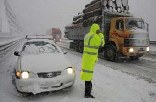 Kar, yolu kapattı... Fatura polise kesildi!.10830