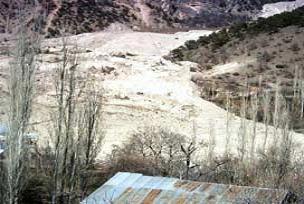 Rize'de toprak kaydı iki ilçenin yolu kesildi.18396