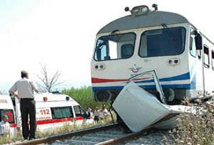 Yolcu treni otomobile çarptı: 2 ölü.14117