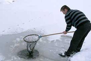 Buzun altında balık avlamak böyle işte.8504