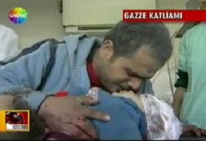 Gazze'de baba, oğlunun cesedini öpüyor.10545