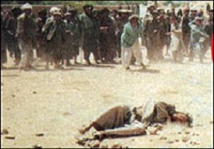 İran 2 erkek suçluya recm uyguladı.14266