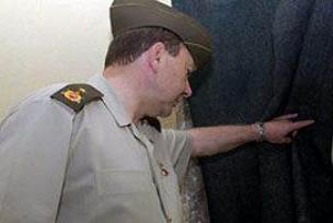 Ersöz'e refakat eden subay.8840