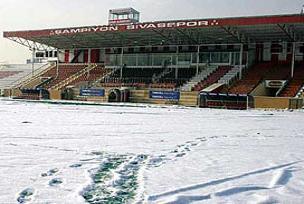 4 Eylül Stadı buzdan temizleniyor.16533